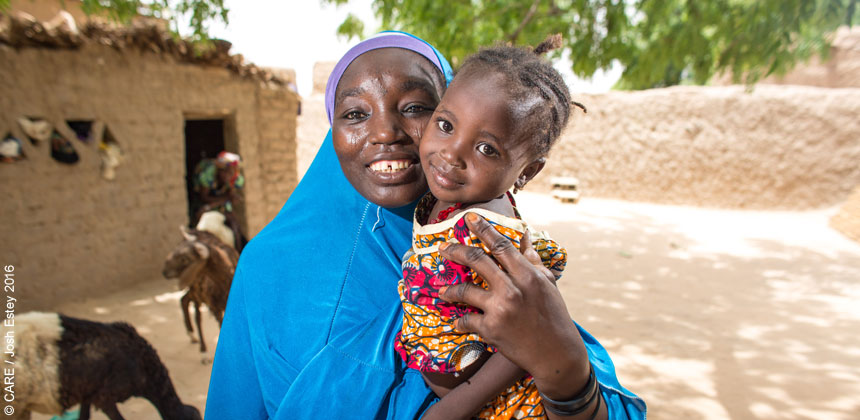 Portrait of Haoua and daughter in Niger