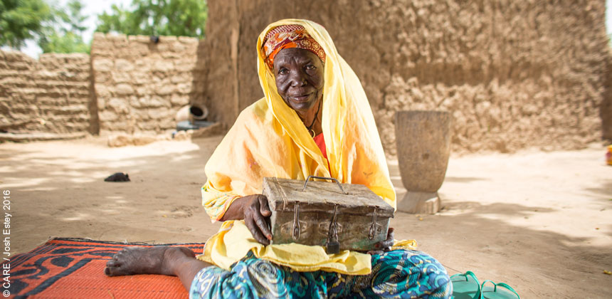 Zeinabou, a woman in Niger holding a cash box