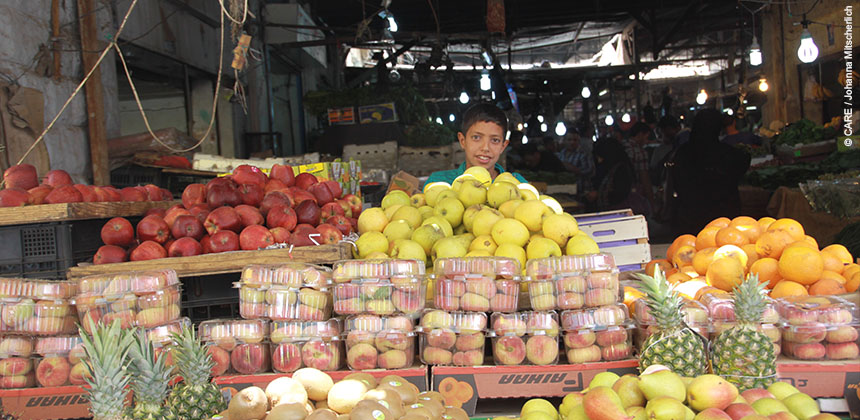 Hani in his vegetable store where he works 12 hours a day © CARE / Johanna Mitscherlich