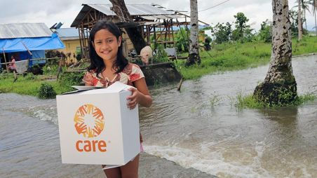 Jeannie Nola receiving her CARE package shortly after the typhoon © CARE / Thomas Haunschmid