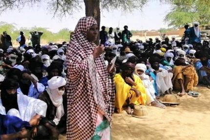 Oumma Bermo speaking to a crowd in Niger