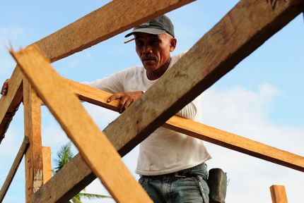 People in the Philippines are helping to rebuild their own communities © CARE